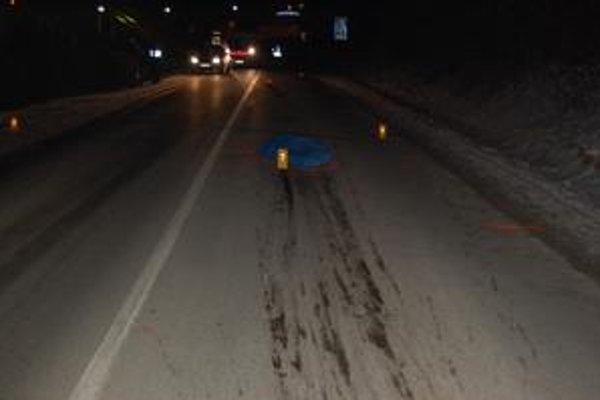Smrteľná zrážka. Chodca zrazilo auto v strede cesty. Bezohľadný vodič z miesta nehody ušiel. Polícia prosí verejnosť o pomoc pri jeho hľadaní.