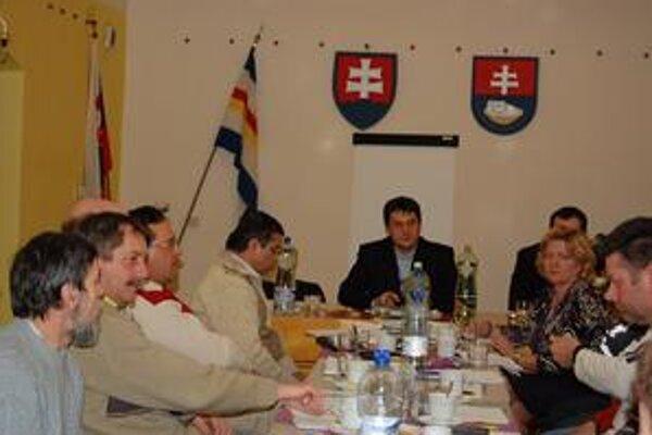 Poslanci. Primátor mesta (uprostred) sa im verejne ospravedlnil. L. Šterbinský (druhý zľava) a M. Kiššák (štvrtý zľava) dostali pozvánku na zastupiteľstvo o deň neskôr.