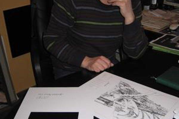 Umelec a jeho perokresby. Emil Labaj sa okrem iného venuje aj výtvarnému umeniu, preferuje perokresbu.