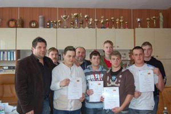 Študenti. Po odbornej praxi získali certifikát na Spiši. Na snímke spolu s majstrami a V. Kolesárom.