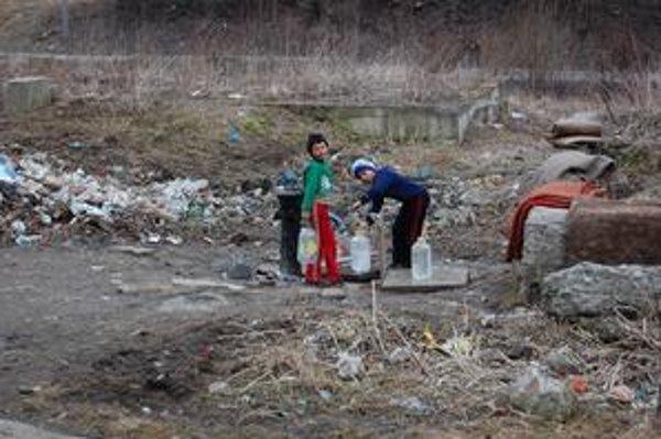 Voda zo stojana. Miestni ľudia tu na vodu chodia pravidelne. Neplatia však za ňu.