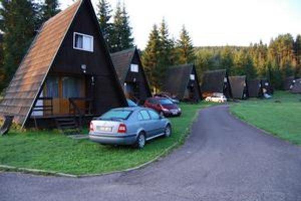 Autokemping na Podlesku má po rokoch nový plot a v chatkách vymenili starý nábytok aj posteľnú bielizeň.