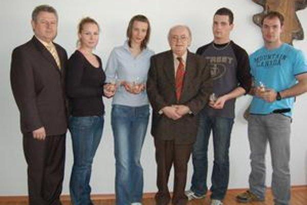 Zlato. Štvorica zlatých darcov na snímke s M. Kudrikom a M. Štubňom.