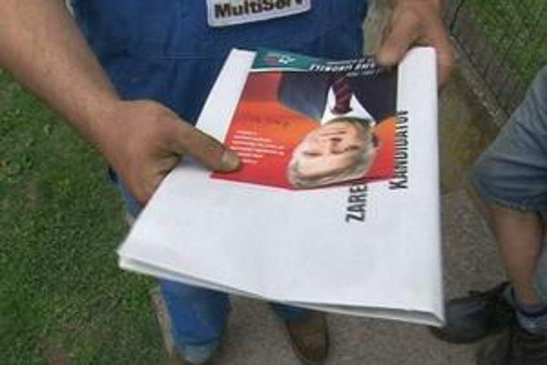 """Niektorí Kluknavčania si v schránkach našli volebný """"balíček"""" spolu s novinami Smeru."""