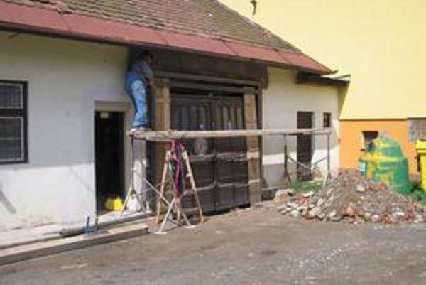 Garážová brána. V Matejovciach nad Hornádom inštalujú novú garážovú bránu, časť nákladov pokryjú z úveru.