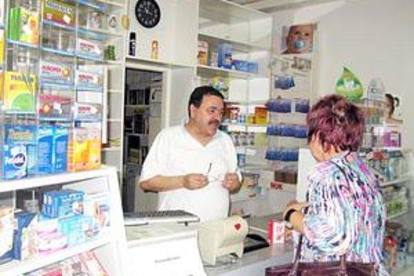 Bývalý minister zdravotníctva Tomáš Drucker ustúpil od pôvodného zámeru, že lekárne si budú môcť zriaďovať len farmaceuti. Zostáva tak v platnosti súčasný stav, že ich môžu zriadiť aj nelekárnici, ak majú odborného garanta. Stačí na papieri.