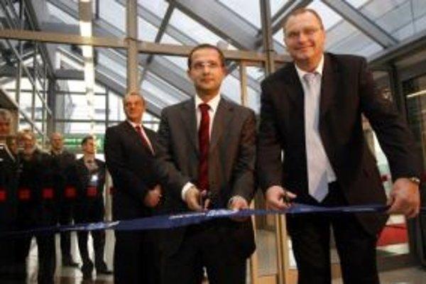 Minister dopravy Ľubomír Vážny (na snímke vpravo) a riaditeľ letiska Karol Biermann.