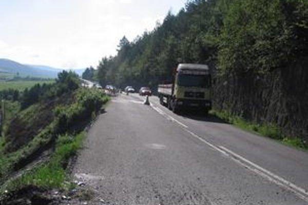 Poškodený úsek cesty pri Richnave.