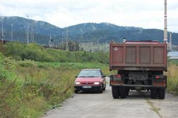 Na pôvodnú panelovú cestu vedúcu ku krompašskej čističke napojili až do Richnavy novú provizórnu spojnicu. Vyskúšal ju aj R. Lovás s rodinou, jazdiaci vo felícii.