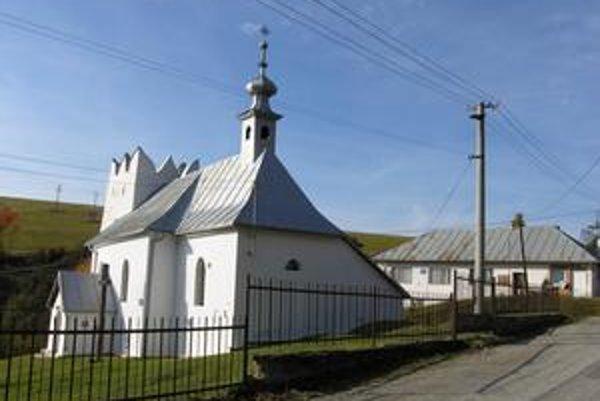 Harakovce: Dominantou najmenšej obce je kostol. V pozadí obecný úrad.
