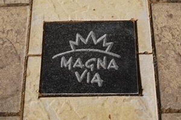 Dlaždica. S nápisom Magna Via pribudla v týchto dňoch uprostred Letnej ulice.