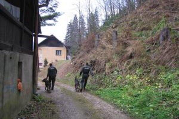 Policajti včera doobeda prehľadávali okolie bytového domu, v ktorom rodina býva. Do akcie nasadili aj policajné psy.