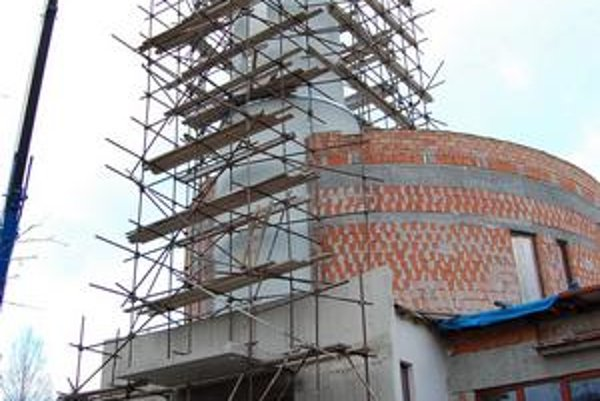 Konštrukcia. Išla do veže ako prvá, na ňu osadili zvony.