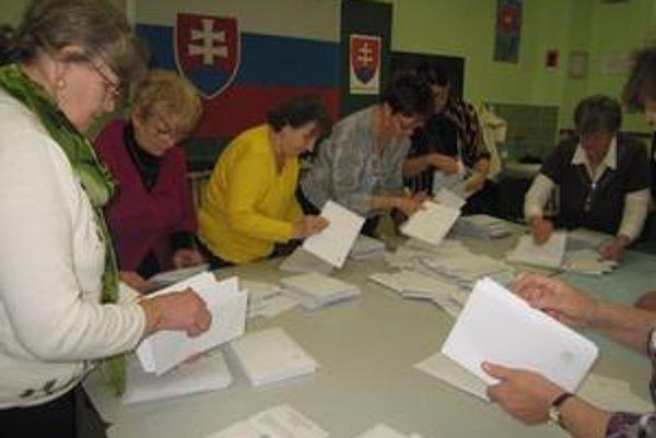 Nálepkovo. Pri bohatej volebnej účasti evidovali tesné výsledky.