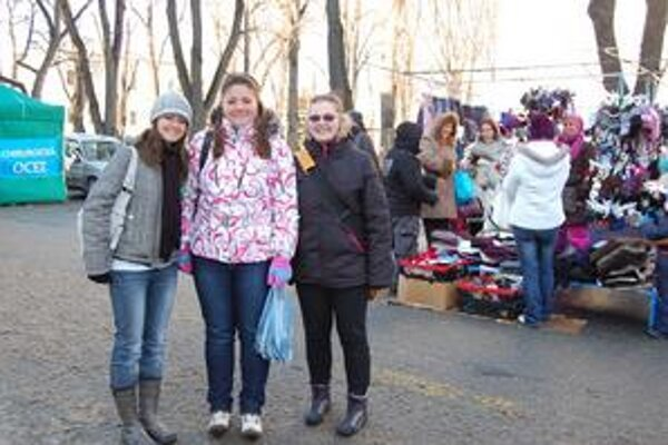 Kamarátky. Majka, Júlia a Veronika (na snímke zľava) si na trhu kúpili malé darčeky pre seba a svojich blízkych.