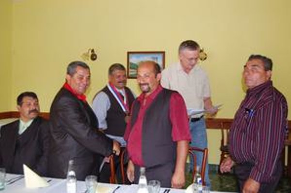 Zastupiteľstvo. Po doplňujúcich voľbách sa poslanci stretli na svojom ustanovujúcom rokovaní. O mesiac neskôr schválili odmeny.