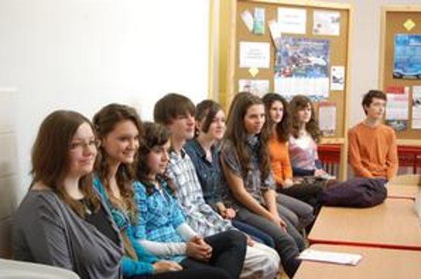 Redakčný tím. Písať v anglickom jazyku do vlastného časopisu študentov baví.