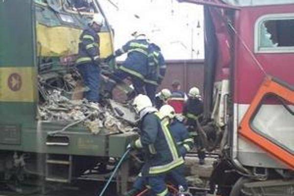Zrážka vlakov. Aj sem prišli hasiči na pomoc.