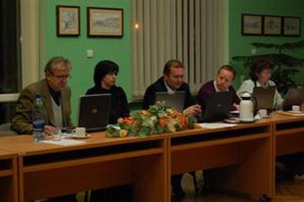 Hlasovali za. Títo poslanci s polovičnými odmenami problém nemajú. Zľava Š. Klein, L. Kozlová, M. Hojstrič a S. Čiasnoha.