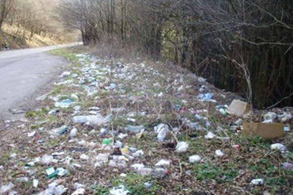 "Takto ""zdobia"" odpadky okolie cesty za Handlovou. Mesto ich neustále zbiera."