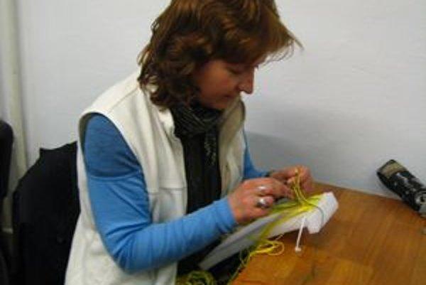 Elena Korenková. Predtým už tkala, takže aj viazanie uzlov jej išlo od ruky.