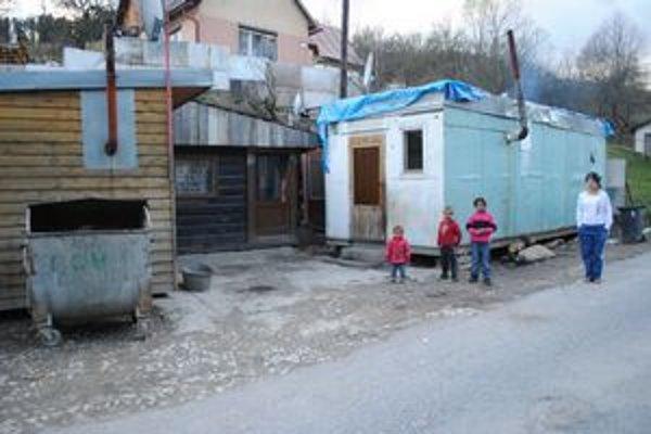 V jednej z najkrajších štvrtí mesta pomaly, ale iste rastie rómska osada. Do konca júna by mesto malo unimobunky premiestniť.
