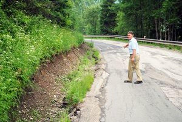 Cesty na Spiši. Zničili ich aj povodne. Nálepkovský starosta ukazuje, ako sa na jednom z úsekov pomaly, ale iste zosúva svah.