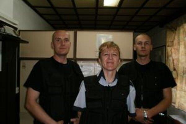 Obecná polícia. V kompletnom zložení. Uprostred D. Milaniaková, zľava R. Mráz, vpravo L. Ujj.