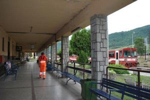 Stanica. Dnes tu pracujú dvaja staniční robotníci, prepustení budú obaja.