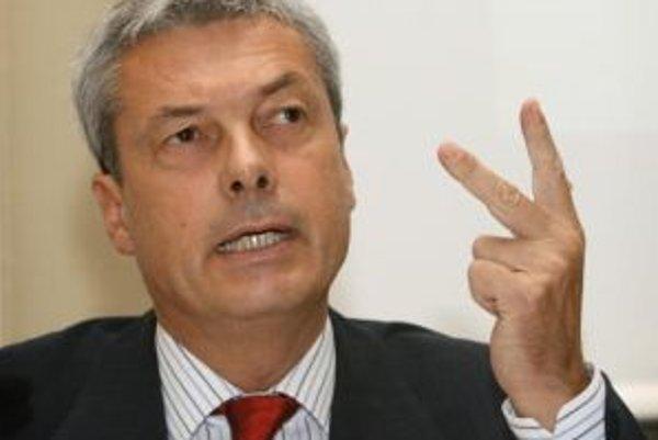 Pod výkonným riaditeľom Alfredom Ötschom sa trasie stolička.