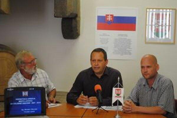 M. Vilkovský (v strede). Kľúče od radnice odovzdá 25. júla.