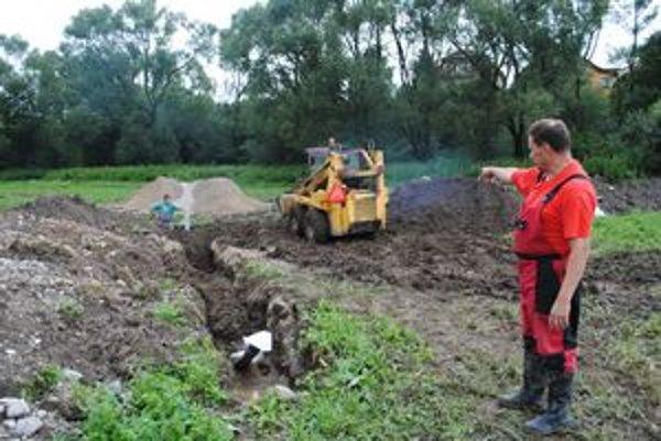 Pracuje sa tu v plnom prúde na stavbe cesty, prípojke plynu, kanalizácie a vodovodu.