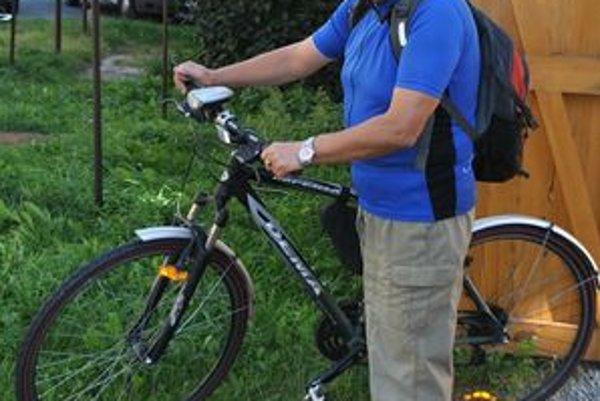 J. Lapšanský. Dvakrát za deň vysadá na bicykel a cestuje do a z práce.