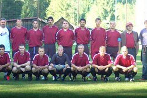 V Hnilčíku sa im darí. Futbalisti Mníška nad Hnilcom (na snímke) si už ani nepamätajú, kedy naposledy v Hnilčíku prehrali.