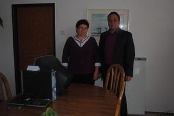 Jeden z počítačov dostal ako dar Slovenský zväz zdravotne postihnutých v Spišskej Novej Vsi. Na snímke predsedníčka Ľudmila Mlynárová a riaditeľ pobočky Róbert Kočiš.