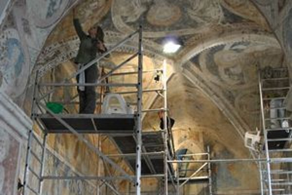 Presbytérium. Celé je pokryté nástennými maľbami.