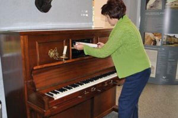 Hudobný automat. Médium pianoly tvorí papierový pás s dierkami. Pri vháňaní vzduchu sa ozýva melódia.