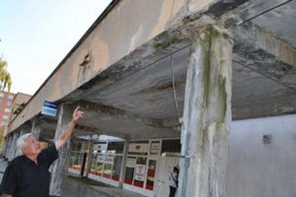 Takto narušená oceľ stráca na pevnosti. Narušený je i samotný betón. Na snímke V. Bondarenko.