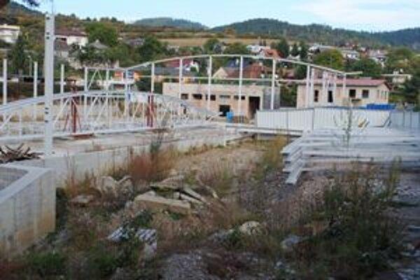 Zo štadióna je ruina, zatiaľ nie je isté, kedy, kto a za koľko dá objekt do poriadku.