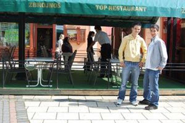 Jakub a Vladimír. Na letnej terase si radi posedia s kamošmi pri kávičke