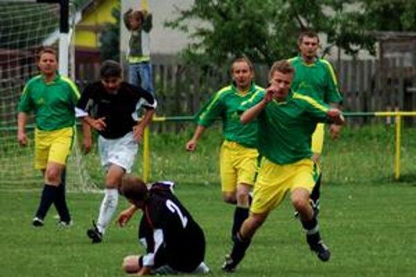 Spravodlivá remíza. Štyri góly videli diváci v súboji Sp. Hrušova a Iliašoviec. Zhodne po dva na oboch stranách.