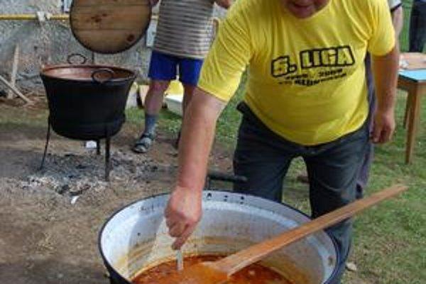 Guľáš chutil v nedeľu v Kluknave ozaj výnimočne. Bol uvarený podľa špeciálneho receptu.