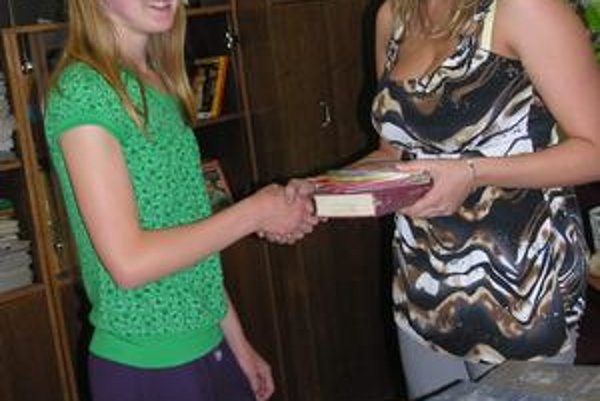 Naša kolegyňa Lívia Šimoňáková odovzdáva darčeky jednotkárke Marcele z Markušoviec.