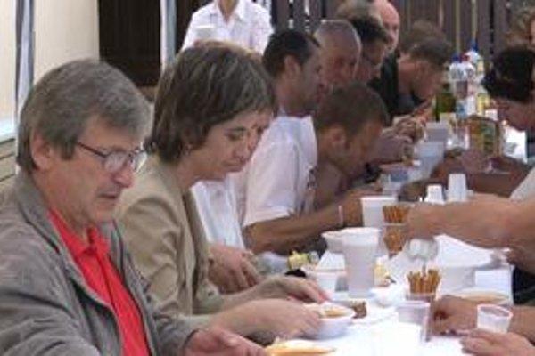 Guláš. Po rokovaní plnom emócií si koaliční aj opoziční poslanci sadli za jeden spoločný stôl.