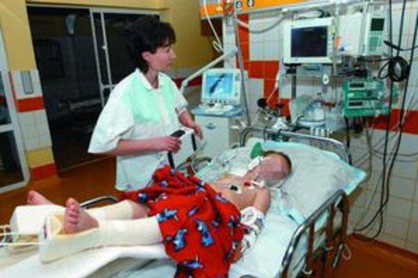Zranený chlapec. Postarali sa o neho košickí lekári.