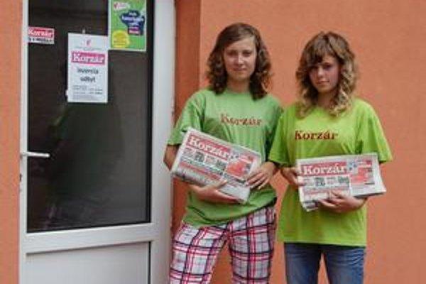 Kamelotky. Veroniky toto leto predávajú náš denník.
