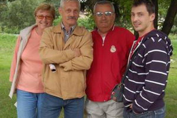 S rodákmi. Medzi gratulantmi k druhej dcére Ľubomíra Vaica (celkom vpravo) nechýbali ani bývalý Ľubomírov učiteľ Marián Daniel (tretí sprava) a známy komentátor Vendelín Ivančík (druhý sprava).