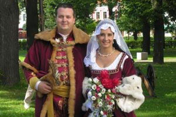 Šťastní novomanželia Katarína a Stanislav sťaby uhorská šľachta.