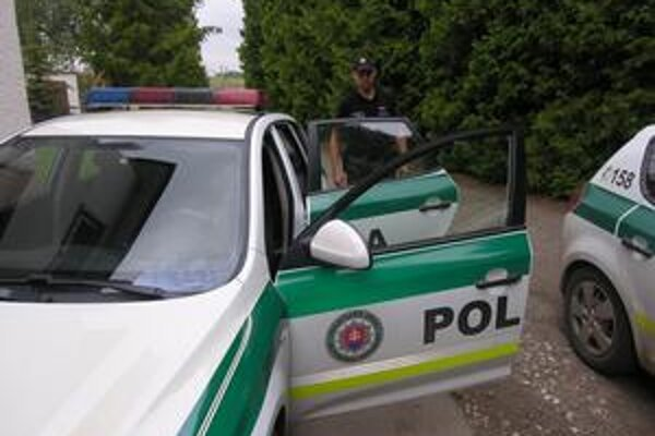 Policajti z Markušoviec nám ukazujú nové autá, vybavené umývateľnými sedačkami. Krv, zvratky a neraz aj výkaly sa teda umývajú ľahšie, ako v predošlých autách.