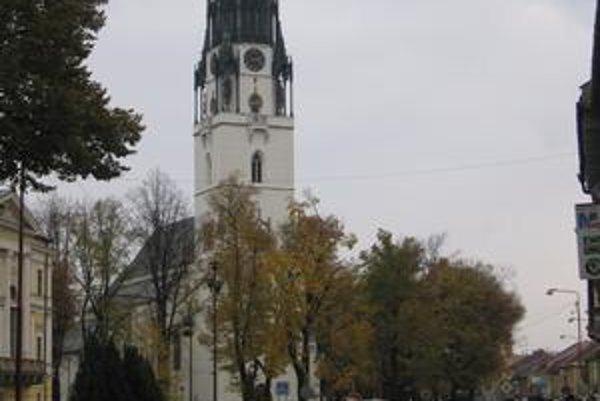 V Spišskej Novej Vsi sa nachádza najvyššia kostolná veža, vysoká 87 metrov. Okrem toho je zaujímavá tým, že sa tu nachádza sedem hodinových ciferníkov.